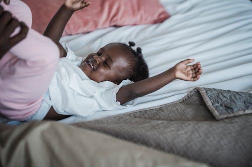 Darmowe zdjęcie z galerii z afrykańskie dziecko, com mãos llevantant, czarne dziecko
