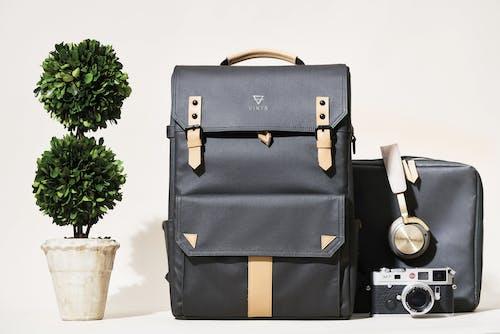 Kostenloses Stock Foto zu fotografie ausrüstung, fotografie rucksack, holzkohle mit naturleder, kamerarucksack