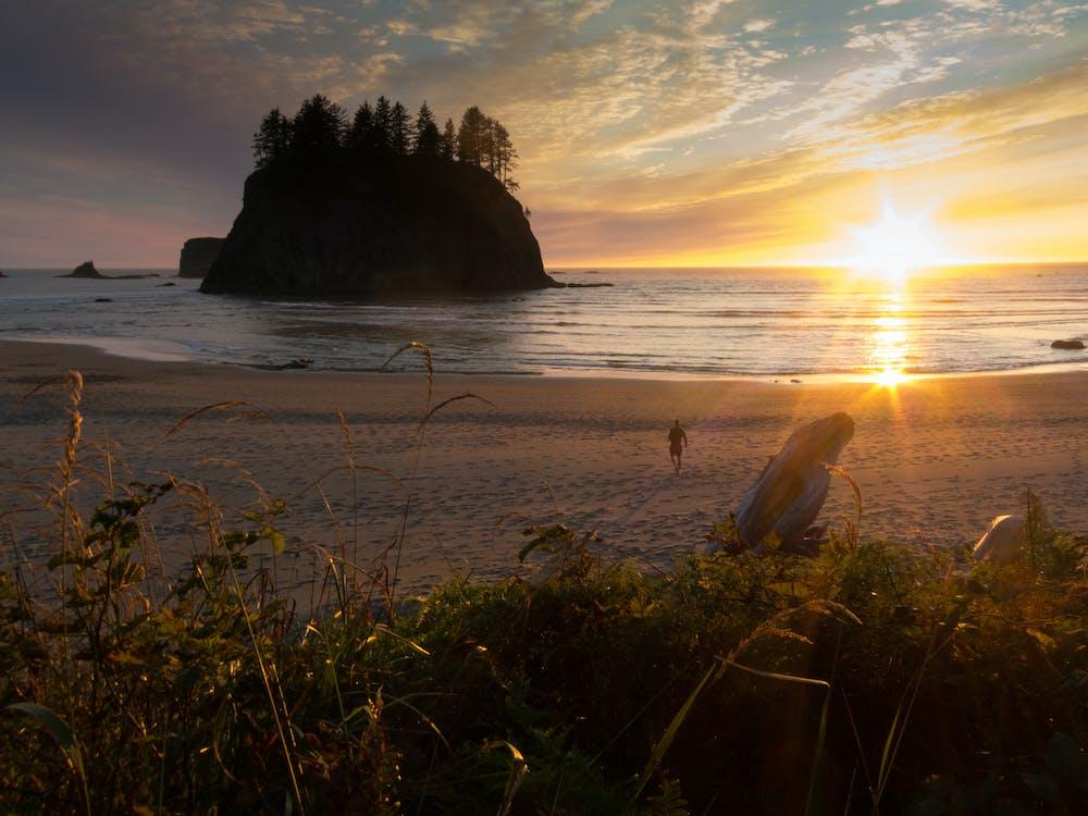 Захід сонця, тихий пляж