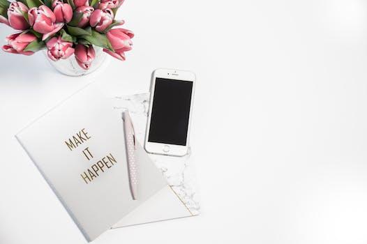 Iphone 6 de plata al lado del bolígrafo y la tarjeta