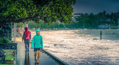 Foto profissional grátis de calçadão, chuva, mar, tempestade