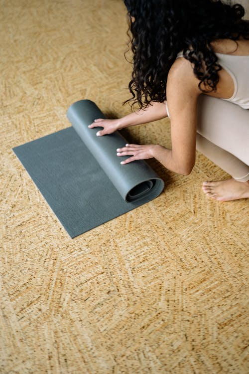 Fotos de stock gratuitas de adentro, adulto, alfombra
