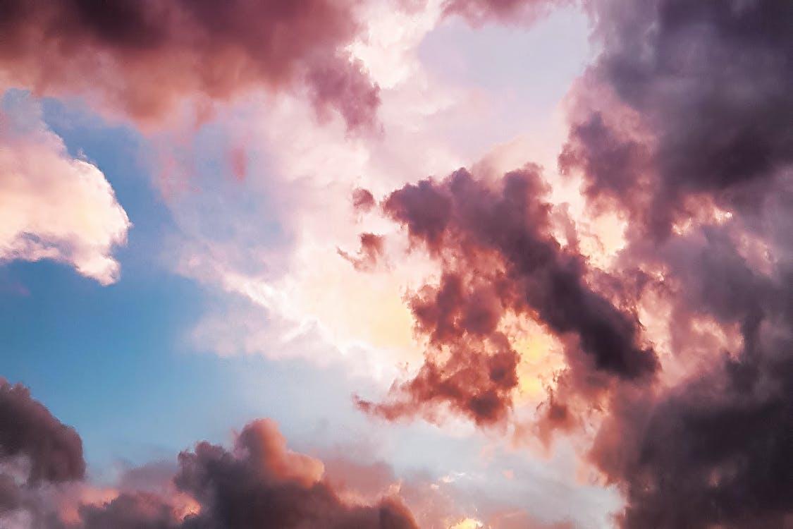 Fotografia Di Angolo Verso Il Basso Di Nuvole Rosse E Cielo Blu