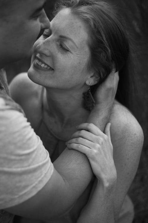 Δωρεάν στοκ φωτογραφιών με αγάπη, αγκαλιάζω, ασπρόμαυρο