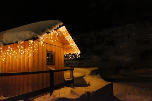 Fotos de stock gratuitas de estación de esquí, luces, madera, naranja