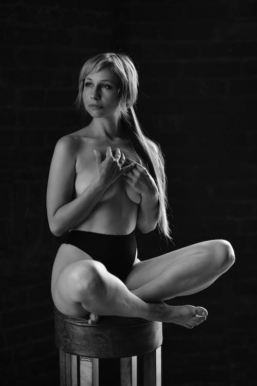 內衣, 半裸, 坐 的 免费素材图片