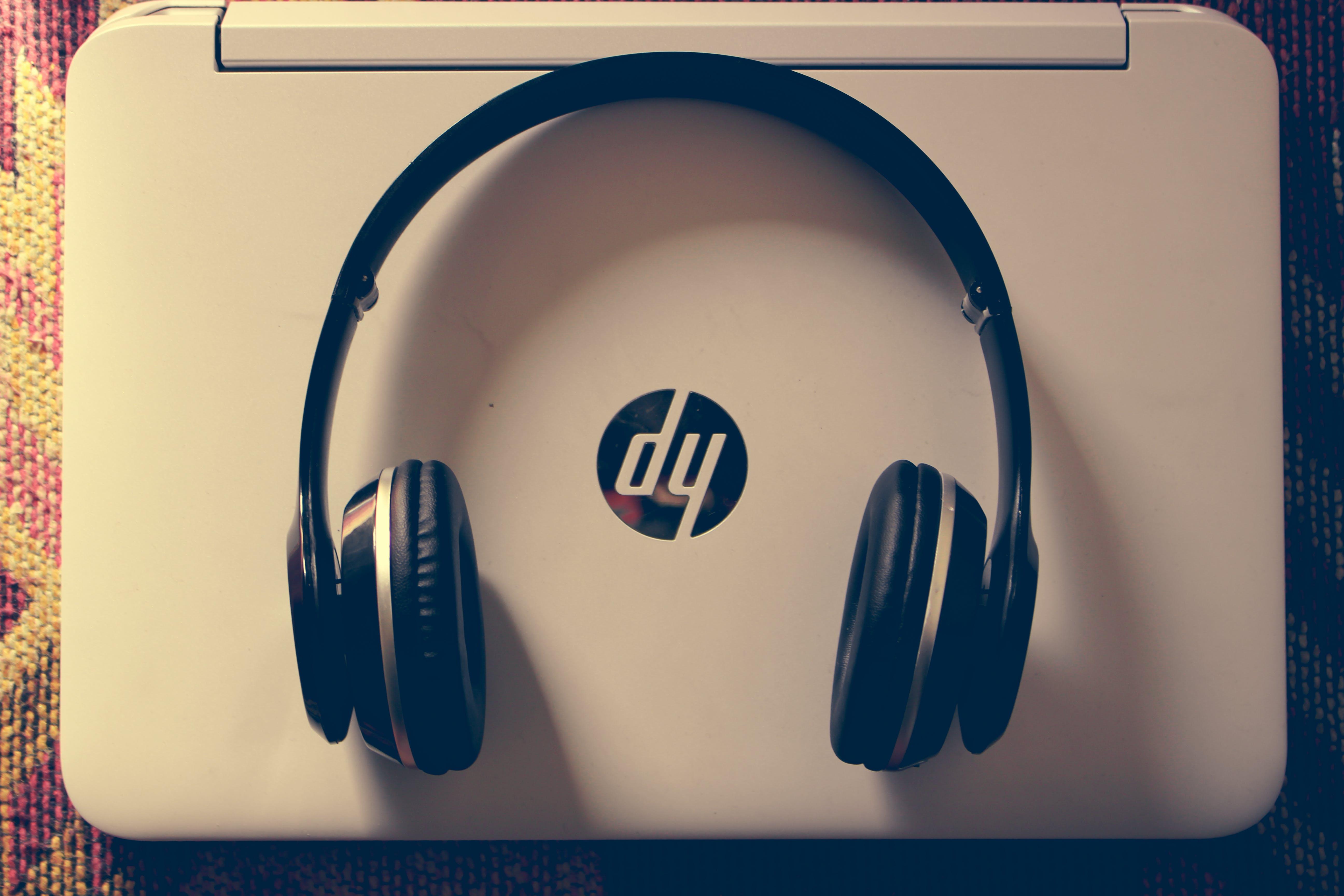 adentro, auriculares, blanco y negro