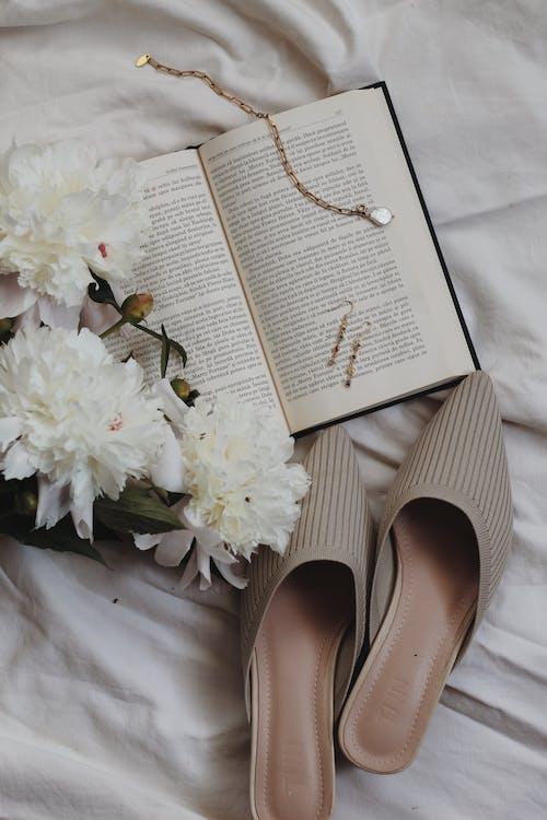 altın, altın rengi, ayakkabılar içeren Ücretsiz stok fotoğraf