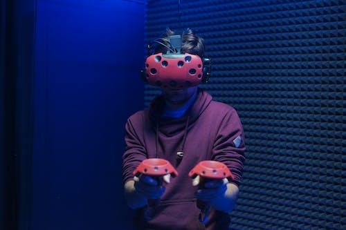 Immagine gratuita di auricolare per realtà virtuale, controllori, giocando