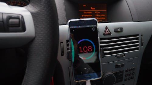 Fotobanka sbezplatnými fotkami na tému auto, smartfón