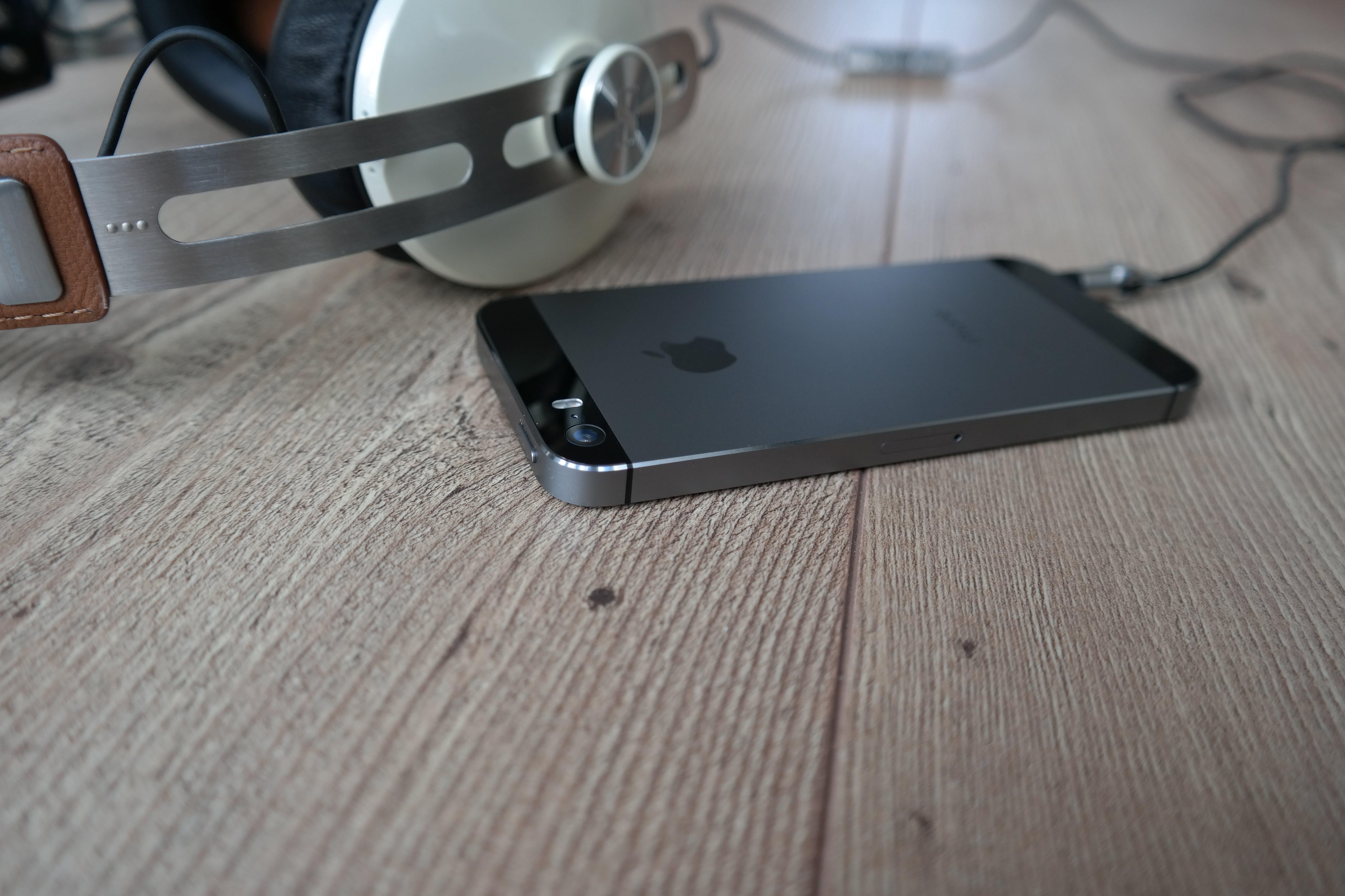 of headphone, iphone, iphone 5s, smartphone