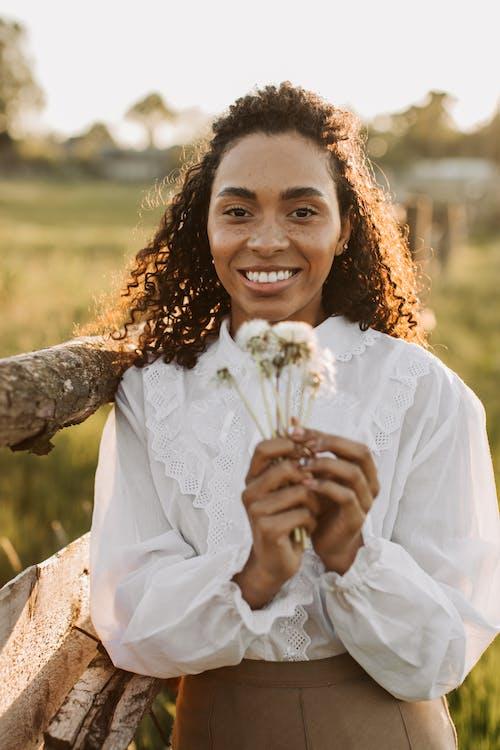 Foto stok gratis baju putih, beraneka budaya, berbintik-bintik