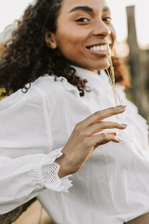 Foto stok gratis baju putih, berbintik-bintik, bintik