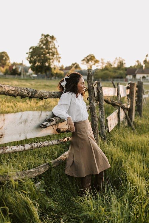 Foto stok gratis baju putih, berbintik-bintik, bidang