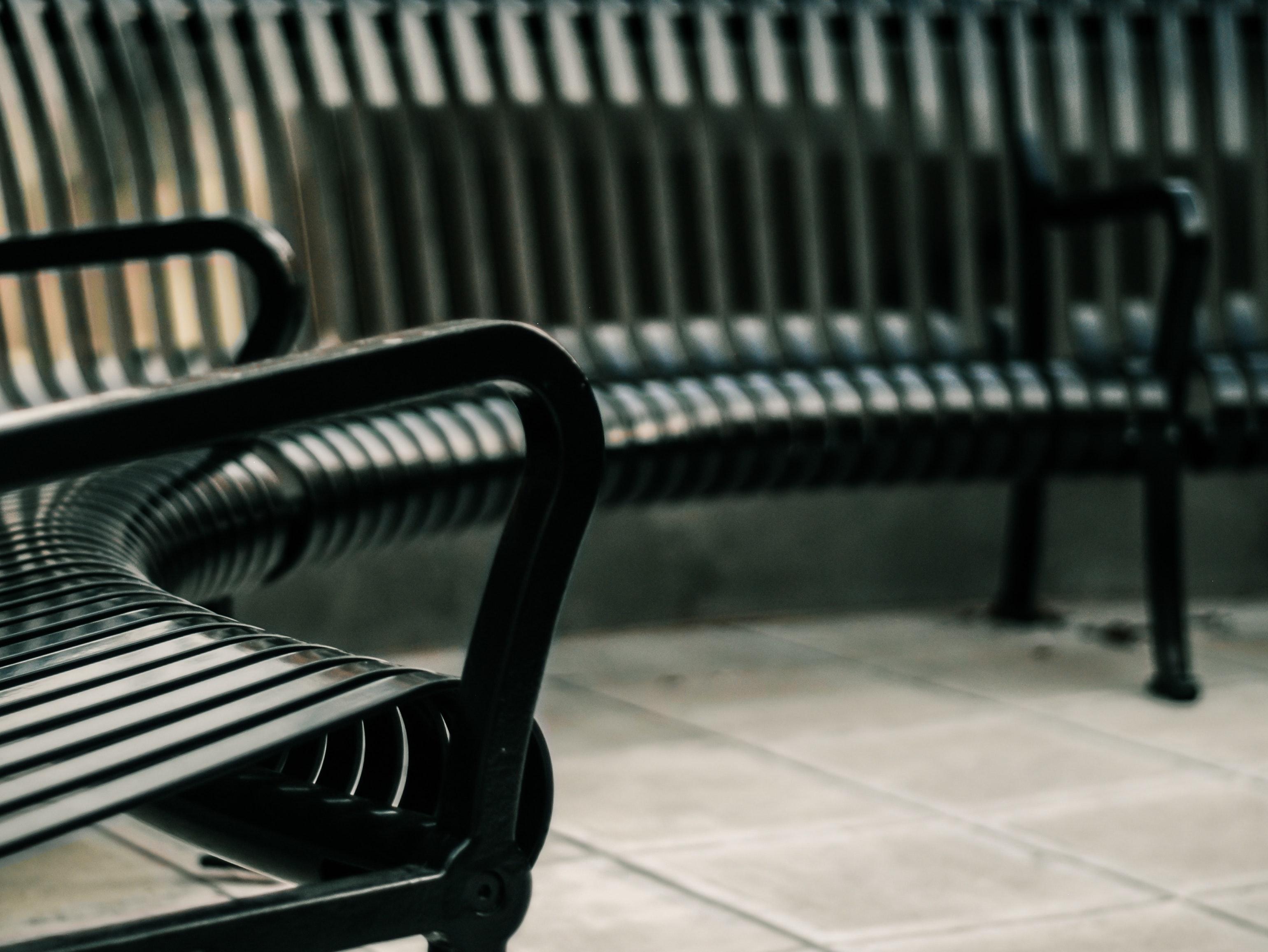 Kostenloses Foto zum Thema: bänke, draußen, leer