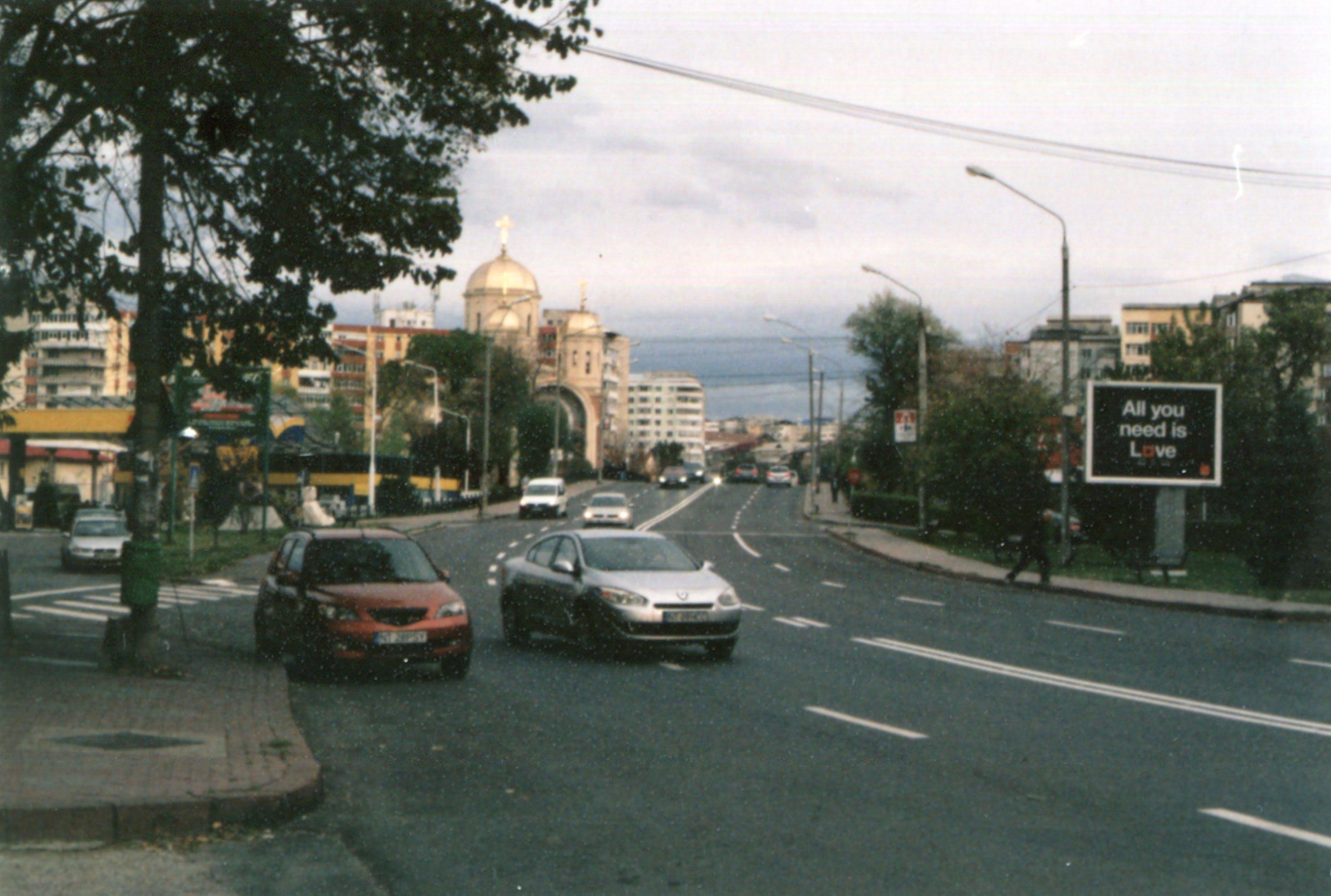 Бесплатное стоковое фото с автомобили, архитектура, асфальт, город