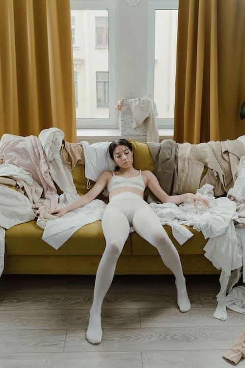Бесплатное стоковое фото с азиатка, брюнетка, ворсовая одежда