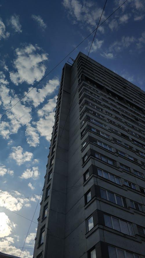 Darmowe zdjęcie z galerii z chmury, perspektywa żabia, szklane okna