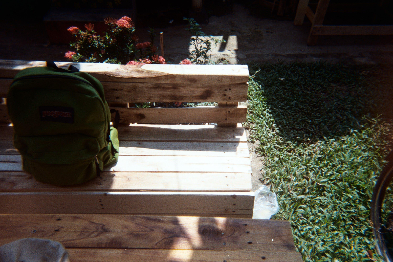 Základová fotografie zdarma na téma batoh, dřevo, kytka, lavička