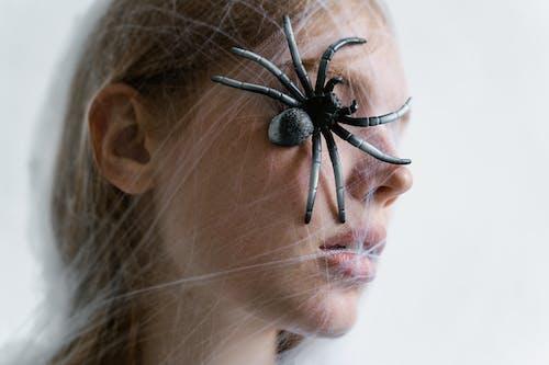 Close Up Foto Van Een Hulpeloze Vrouw Met Een Spin Op Haar Gezicht