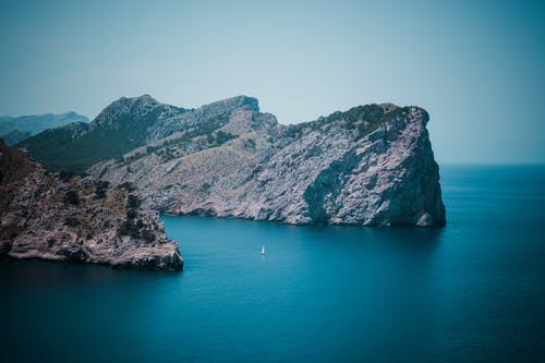 Δωρεάν στοκ φωτογραφιών με αυγή, βάρκα, βουνά, βραχώδες βουνό