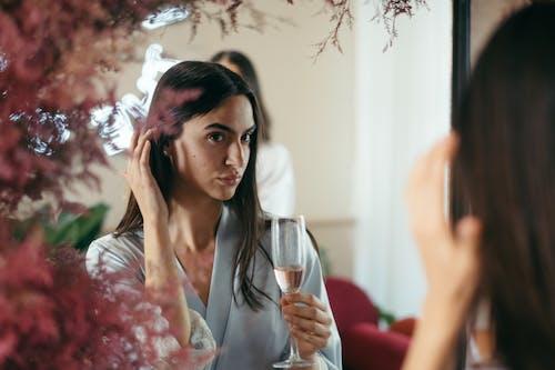 Gratis stockfoto met aantrekkelijk mooi, alcoholische drank, bruin haar