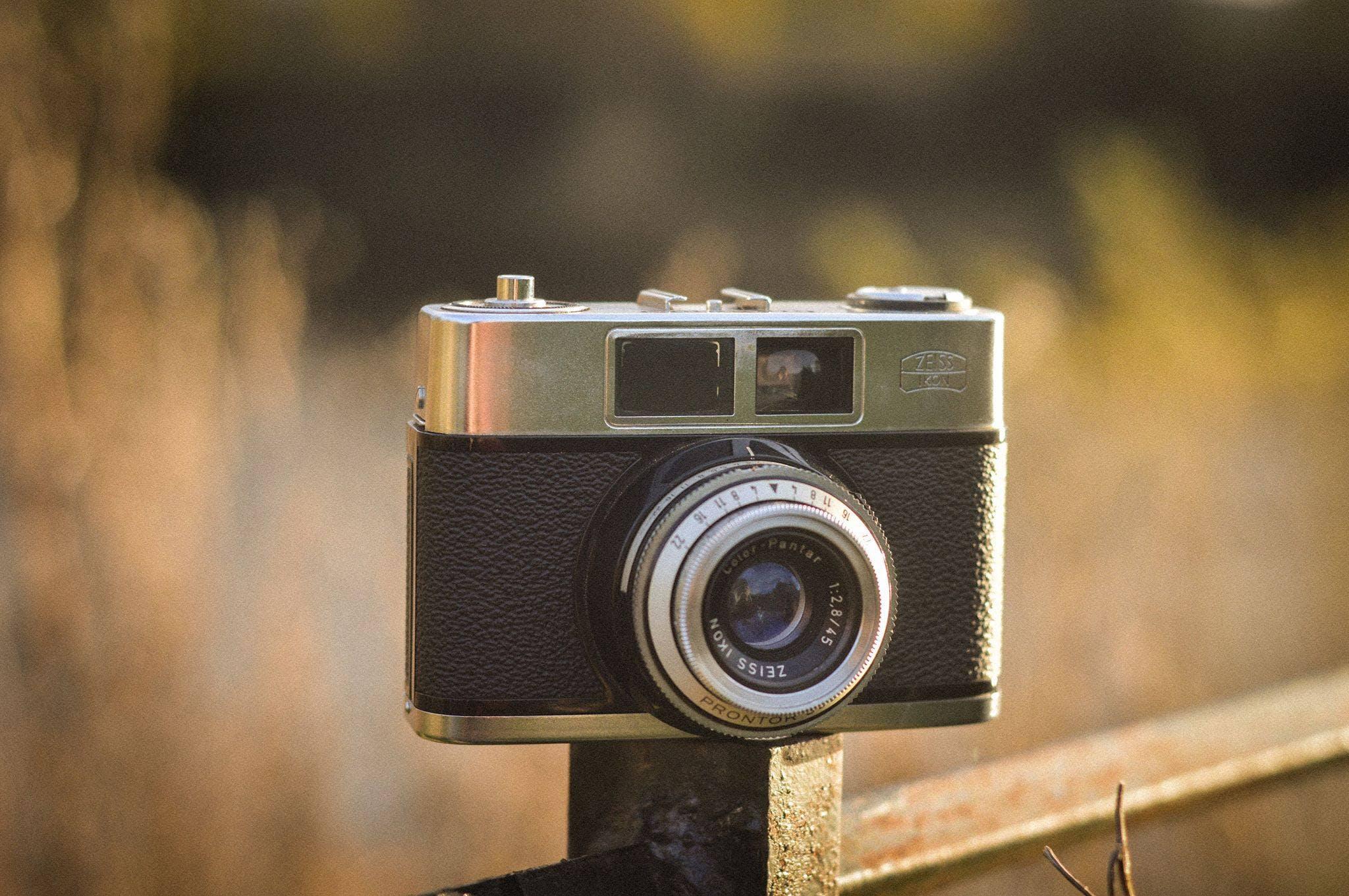 Gratis stockfoto met analoog, antiek, blurry achtergrond, camera
