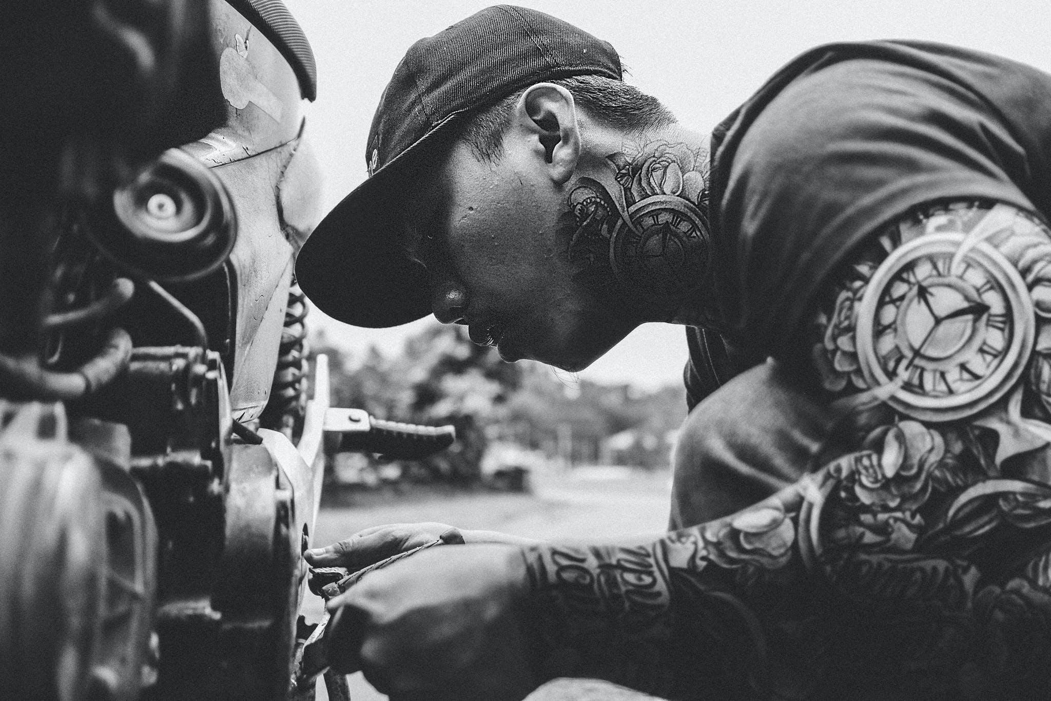 Základová fotografie zdarma na téma #tattoos #repair #hats #motorcycle #blackandehite