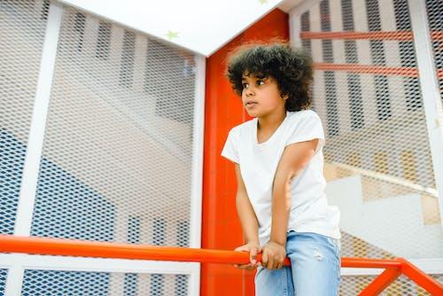 Fotos de stock gratuitas de activo, barandilla, Camisa blanca