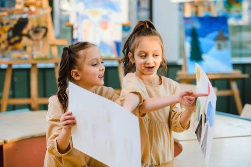 Gratis lagerfoto af børn lærer, dele, deling