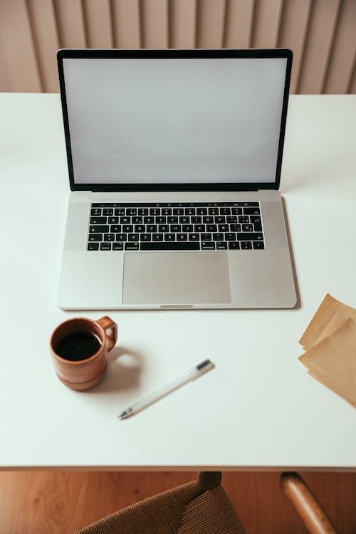 Gratis arkivbilde med arbeidsområde, bærbar datamaskin, ball penn