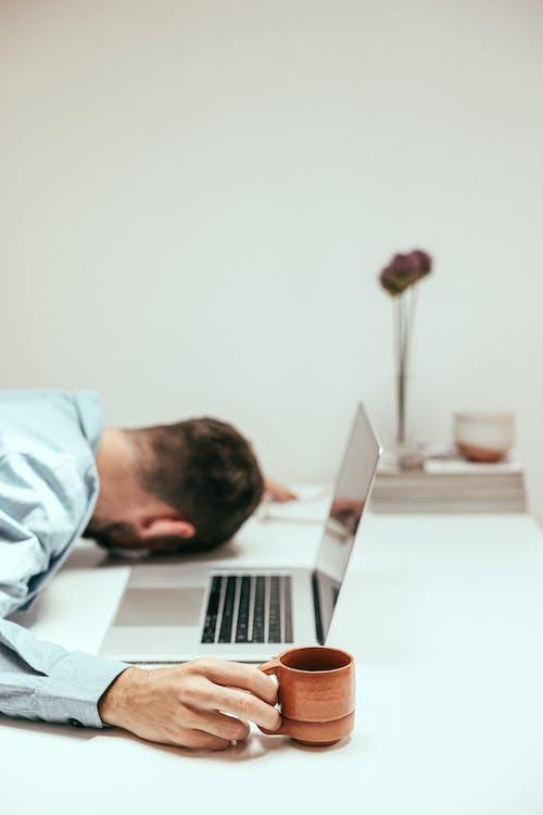 Foto profissional grátis de caneca, cansado, com sono