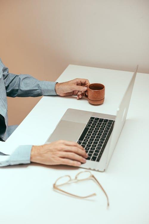 Ingyenes stockfotó csésze, digitális nomád, dolgozó témában