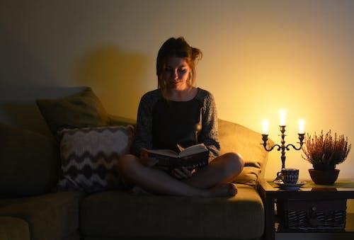Fotobanka sbezplatnými fotkami na tému čítanie, domácu atmosféru, útulný