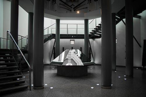 Darmowe zdjęcie z galerii z filary, klatka schodowa, lusterko
