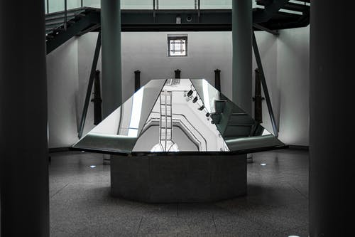 Darmowe zdjęcie z galerii z czarno-biały, filary, klatka schodowa
