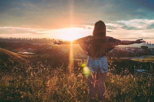 Foto d'estoc gratuïta de a l'aire lliure, alba, bon temps, braços oberts
