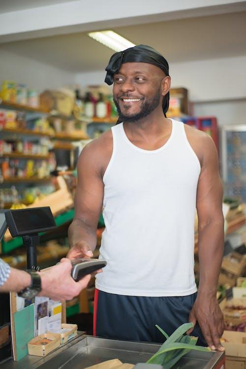 Kostenloses Stock Foto zu afroamerikanischer mann, einkaufen, elektrik
