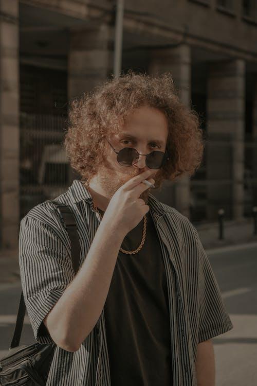곱슬머리, 남자, 담배의 무료 스톡 사진