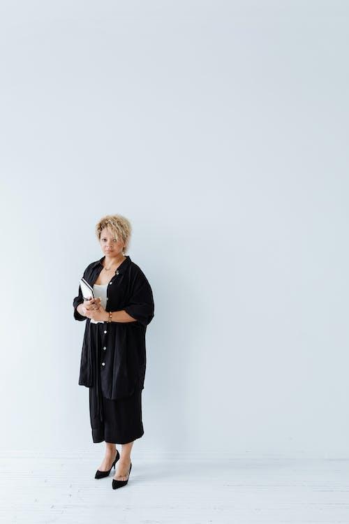 Δωρεάν στοκ φωτογραφιών με γυναίκα, εσωτερικοί χώροι, κατακόρυφη λήψη