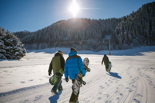 Tres personas, tenencia, chaqueta de la burbuja, acarreo, tablas de snowboard