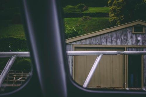 Foto stok gratis bangunan, bingkai jendela, kaca, rel