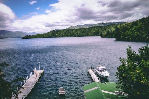 Foto stok gratis awan, bukit hijau, kapal, lansekap