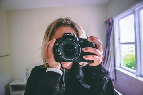 Foto stok gratis cermin, cewek, fotografer, kamera