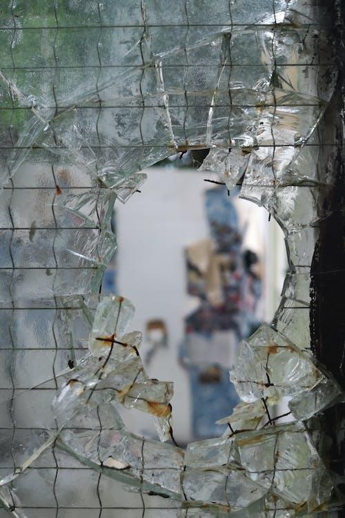 Foto d'estoc gratuïta de finestra trencada