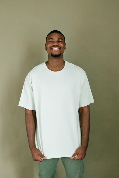 Foto stok gratis baju putih, laki-laki, lelaki