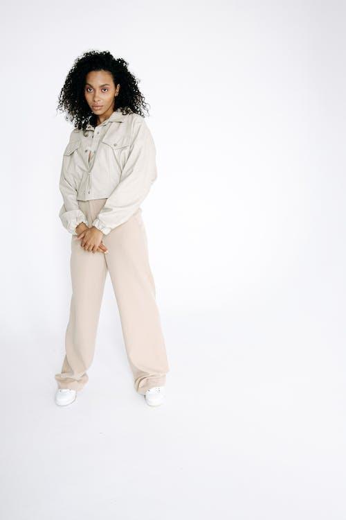 Безкоштовне стокове фото на тему «афро-американська жінка, білий фон, вертикальний»