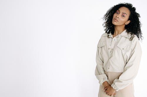 Безкоштовне стокове фото на тему «афро-американська жінка, білий фон, вродлива»