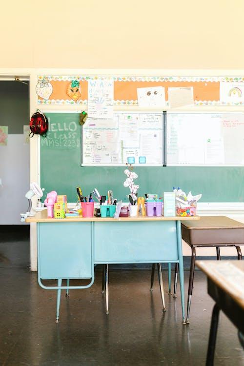 Základová fotografie zdarma na téma pracovní stoly, školní potřeby, školní tabule