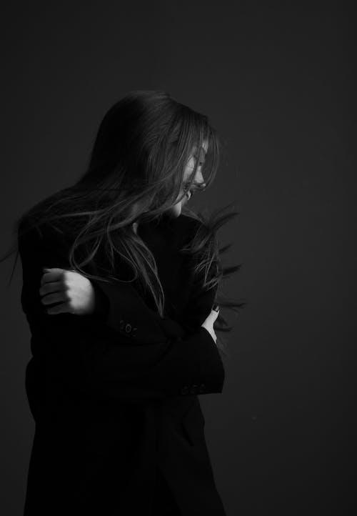 Foto profissional grátis de abraçando, escala de cinza, monocromático